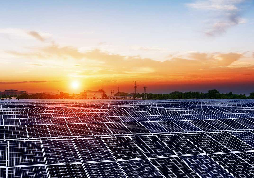 Campo cubierto de paneles de energía solar térmica