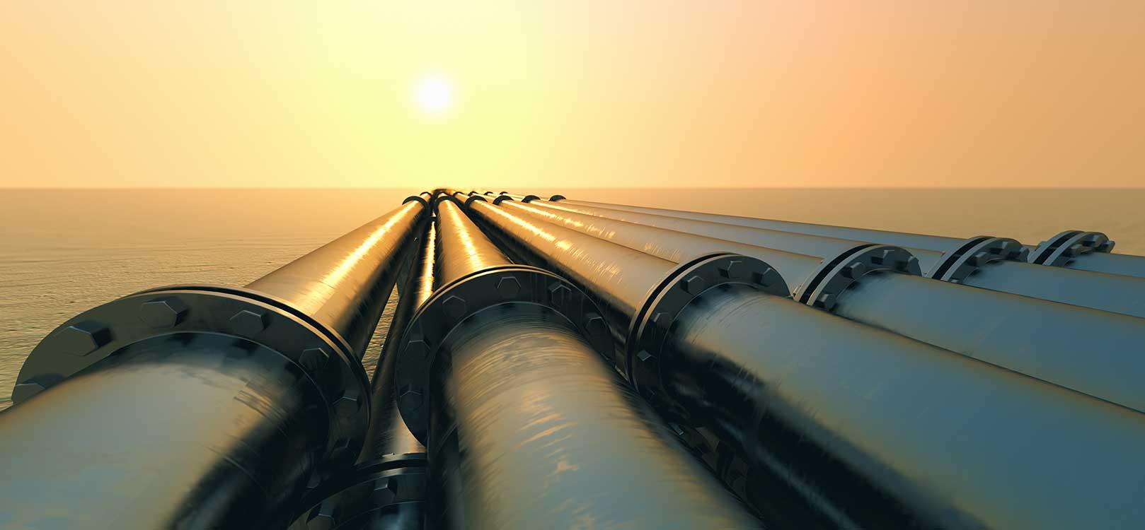 Instalaciones de gas natural bajo el atardecer